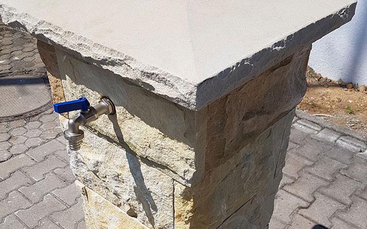 Sandstein-Brunnensäule