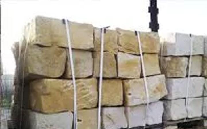 Sandstein-Mauerstein gebrochen, mit Nachbearbeitung
